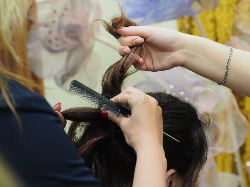 Creación de los peinados de las mujeres en el salón de belleza fotos de archivo