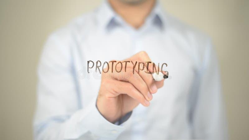 Creación de un prototipo, escritura del hombre en la pantalla transparente imágenes de archivo libres de regalías