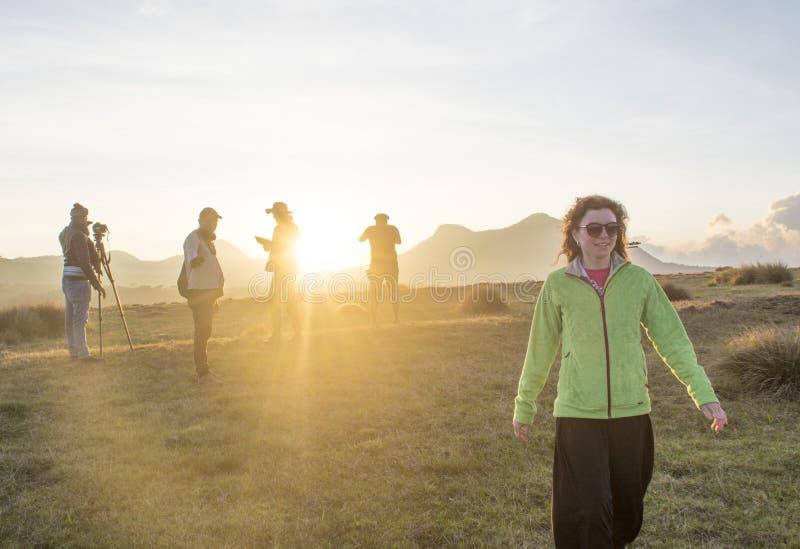Creación del equipo de Videographers para tirar el vídeo documental en el parque nacional durante tiempo de la puesta del sol fotos de archivo