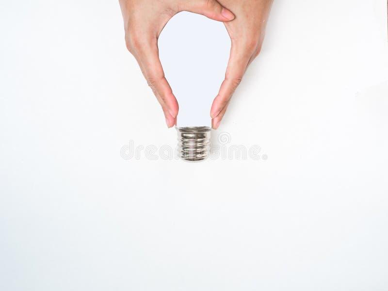 Creación que piensa fuera de la caja bombilla del control de la mano en el fondo blanco fotografía de archivo