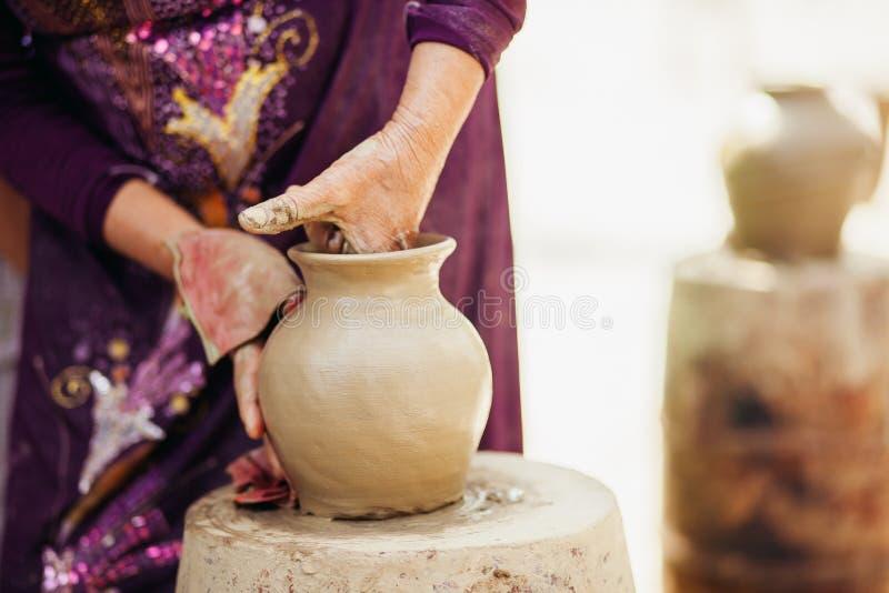 Creación Vietnam tradicional del pote de arcilla imagen de archivo