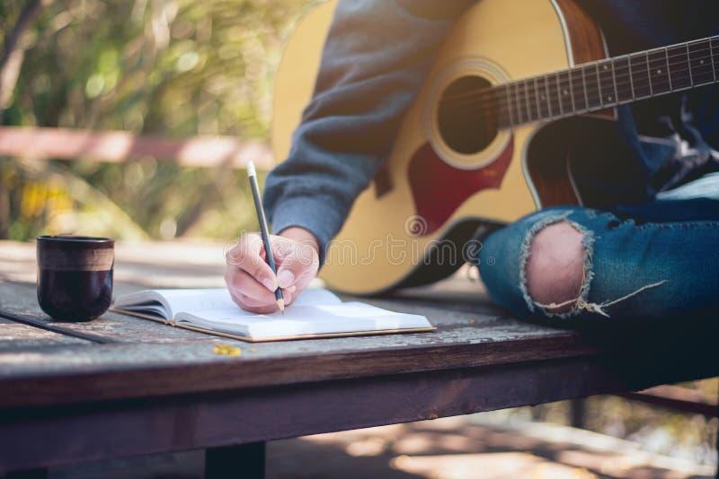 Creador musical, área de trabajo del compositor musical en la naturaleza imagen de archivo libre de regalías