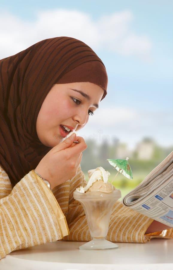 cream газета льда стоковые фото