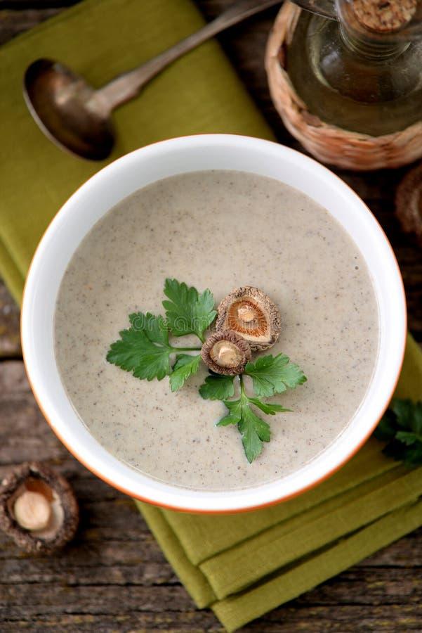 Cream суп от шиитаке высушенных грибов с цыпленком и картошками стоковые фотографии rf