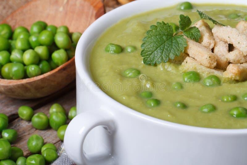 Cream суп свежих зеленых горохов и макроса мяты стоковые фотографии rf