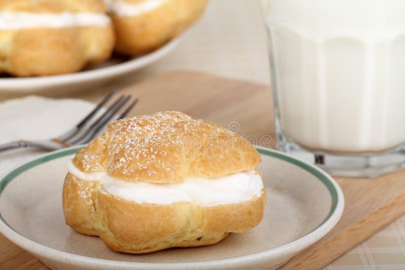 Cream слойка и молоко стоковое фото rf