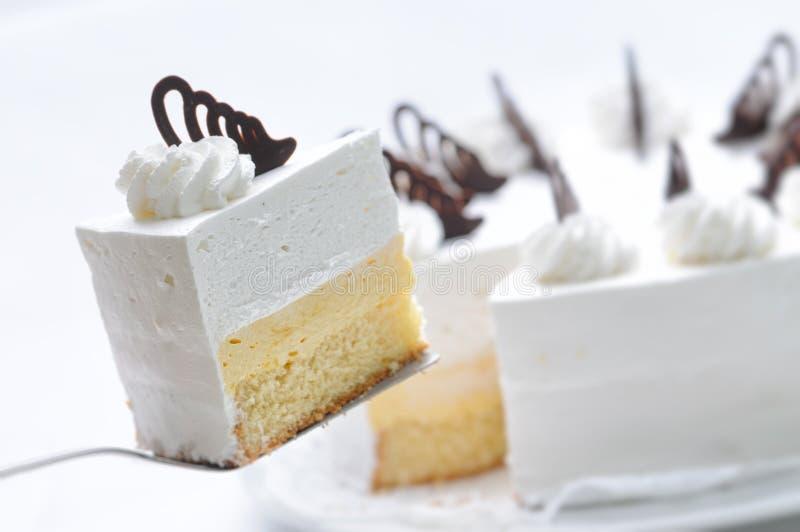 Cream торт на ложке металла, кислой на белой плите, торте с красным желатином, patisserie, фотографией для магазина стоковые фотографии rf