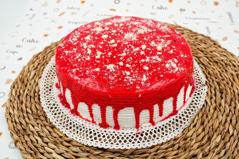Cream cake with strawberry syrup. And white chocolate shavings stock photography