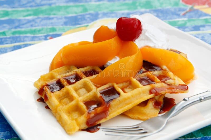 cream waffles персиков стоковое изображение