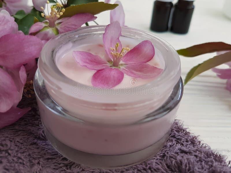 Creamerów zdrowie piękna opieki zdroju kosmetycznego traktowania ochrony wellness organicznie produkt handmade na błękitny drewni fotografia royalty free