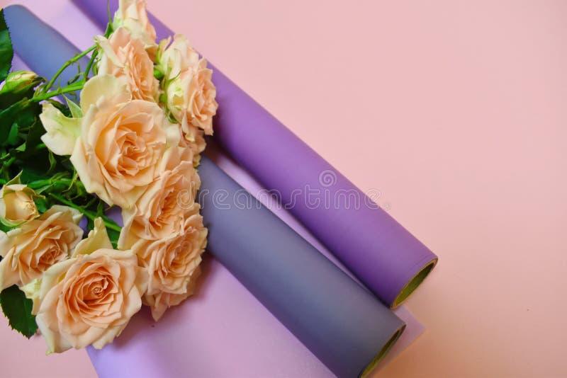 Creamroses och material av blomsterhandlareBeautiful angenämt arbete royaltyfri foto