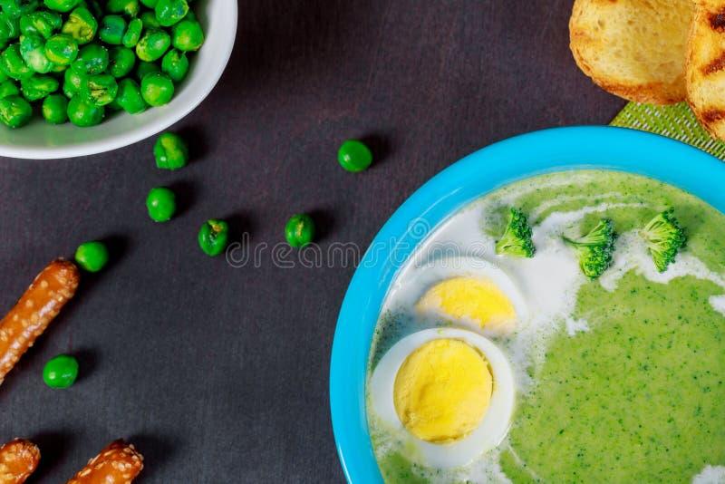 Creamsoup fresco dei broccoli ed uova cucinate del pollo con pane in ciotola immagine stock libera da diritti