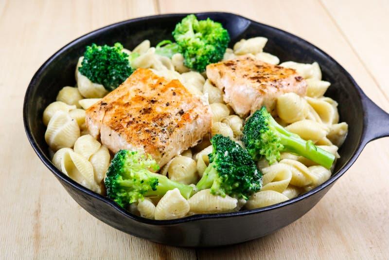Creamy Salmon & Pasta Shells met Broccoli stock foto