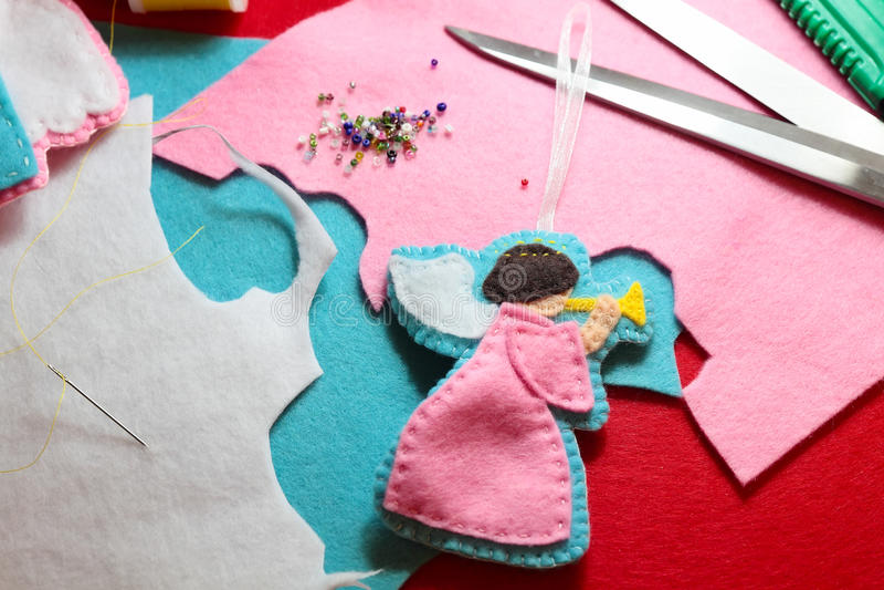 Creando della figura di angelo felted artigianato fotografia stock libera da diritti