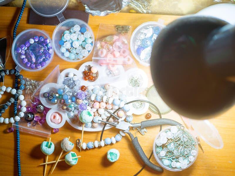Creare degli accessori Disordine di lavoro sulla tavola fotografie stock libere da diritti