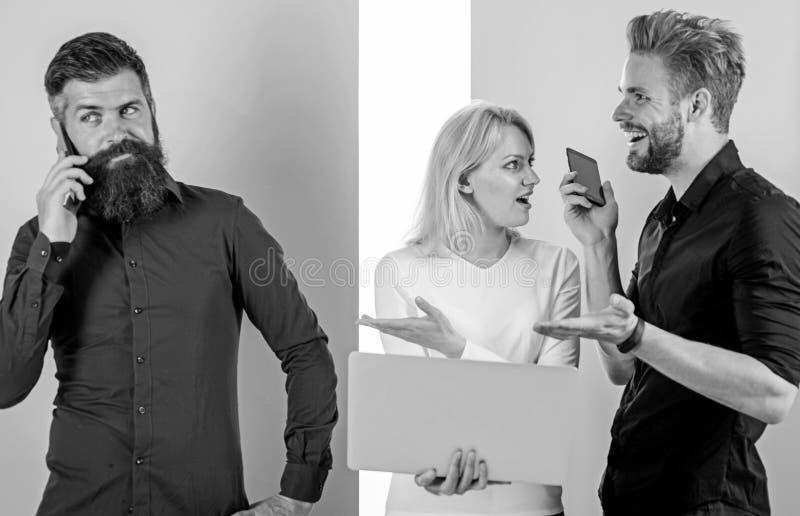 Creare del contenuto del lavoro di vendita di Internet del gruppo Media sociali che commercializzano gruppo Gli uomini e la donna fotografia stock libera da diritti