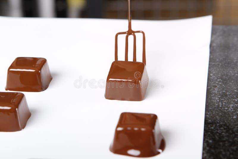 Creare le praline ed i tartufi con cioccolato al latte fotografie stock libere da diritti