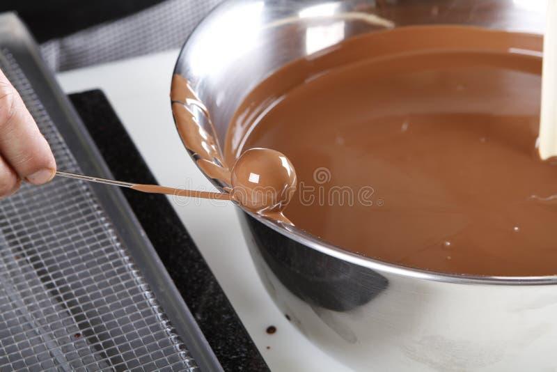 Creare le praline ed i tartufi con cioccolato al latte fotografia stock