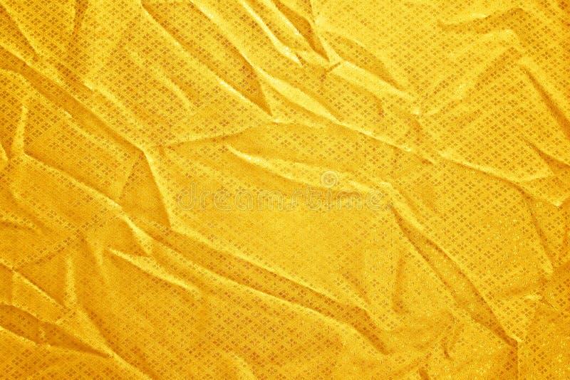 Creased золотом шелк ткани стоковые фотографии rf