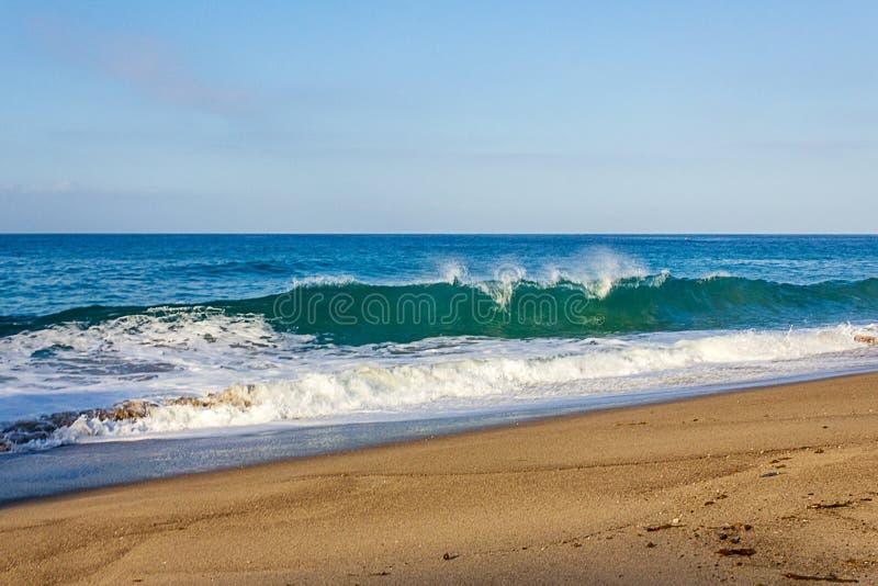 Creasting tourqouise,与泡沫的透明波浪和backspray,回流和天际 库存图片