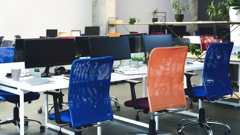 Creatief binnenland van comfortabele mede-werkt ruimte met computers royalty-vrije stock afbeelding