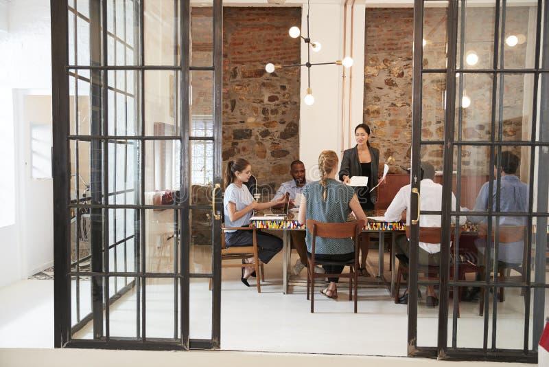 Creatief commercieel team in bespreking in een vergaderzaal stock foto