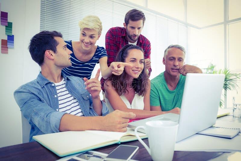 Creatief commercieel team dat laptop in vergadering met behulp van royalty-vrije stock fotografie