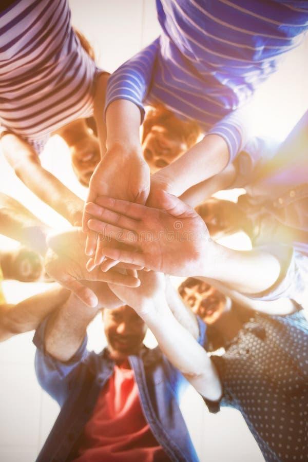 Creatief commercieel team die handen samen stapelen stock fotografie