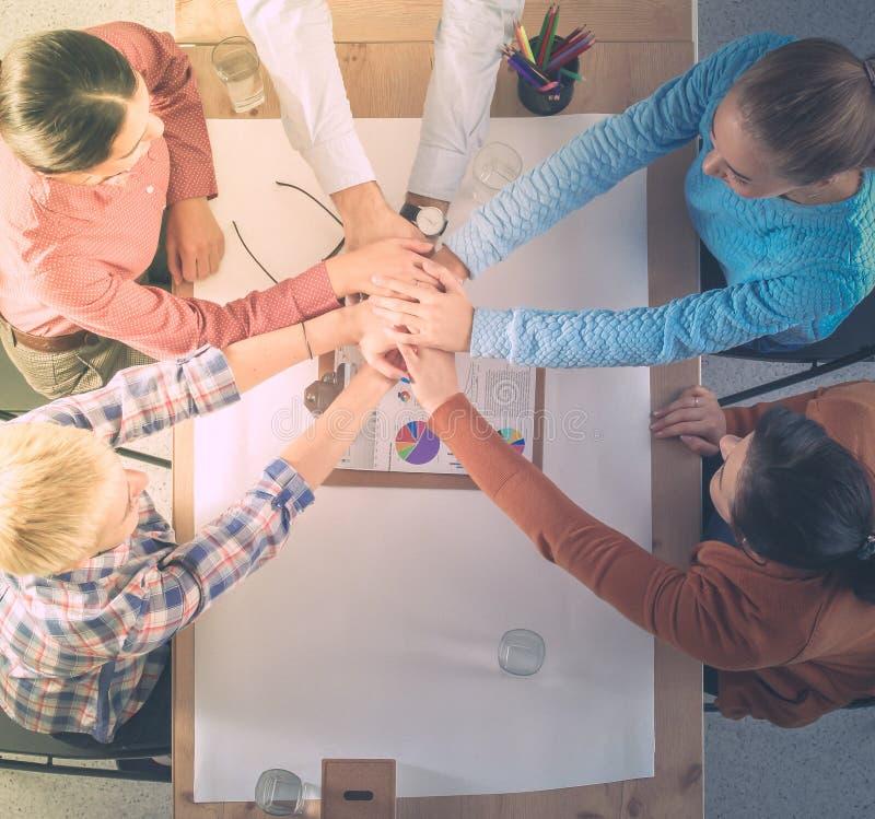 Creatief commercieel team die handen samenbrengen op het kantoor royalty-vrije stock foto's
