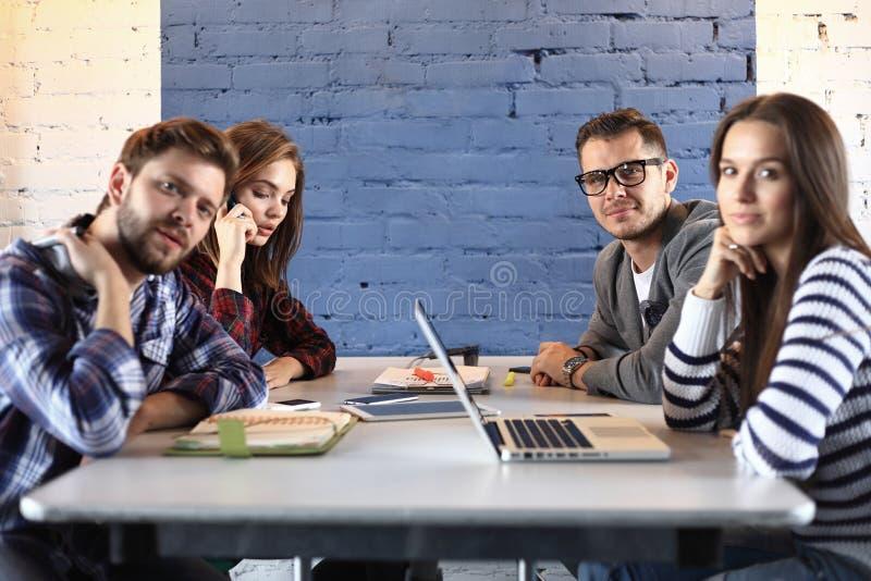 Creatief commercieel team die hard in toevallig bureau samenwerken royalty-vrije stock afbeeldingen