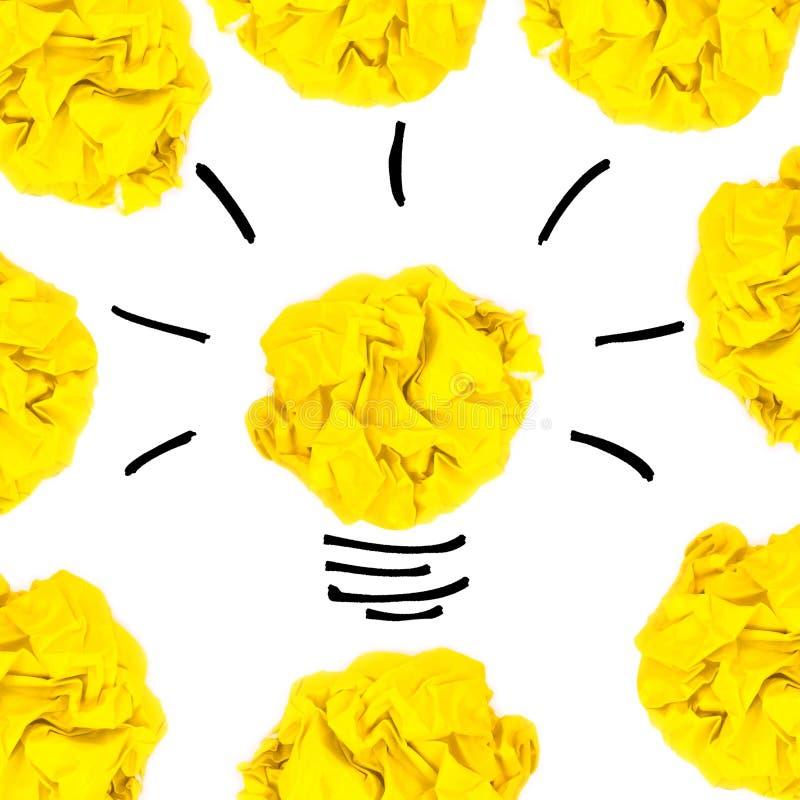 Creatief concept Gele die gloeilamp van gele verfrommeld, pap wordt gemaakt royalty-vrije stock fotografie