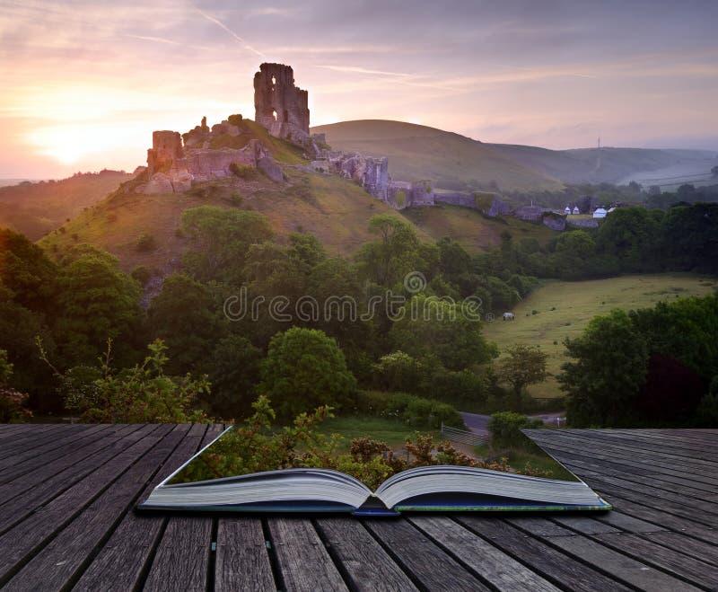 Creatief concept romantisch kasteellandschap stock fotografie