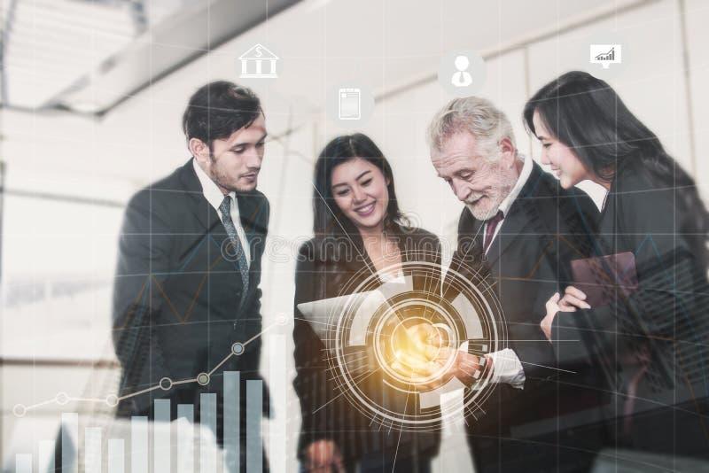Creatief en brainstorming met technologieconcept, team bedrijfsmensen die op laptop kijken en in bureauruimte bespreken royalty-vrije stock afbeelding