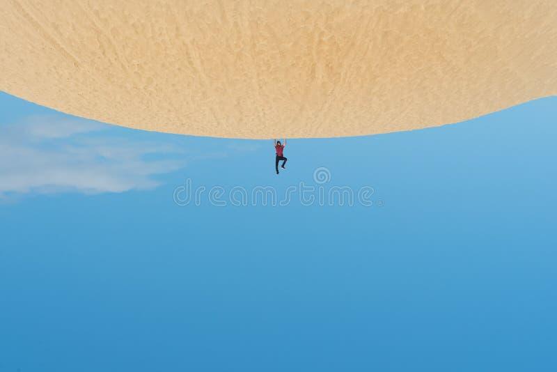 Creatief geroteerd beeld van jong Aziatisch mannetje op zandduinen stock foto