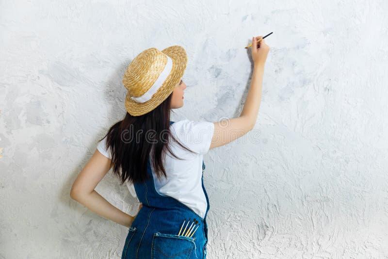 Creatief het worden Vrouwenkunstenaar met borstel stock afbeelding