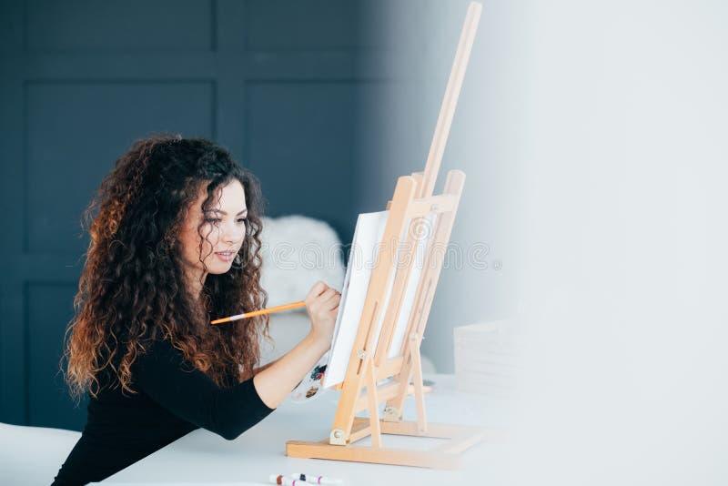 Creatief hobby vrouwelijk kunstenaar het schilderen huis royalty-vrije stock foto's