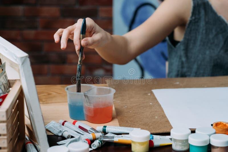 Creatief hobbyvrouw het schilderen waspenseel royalty-vrije stock foto's