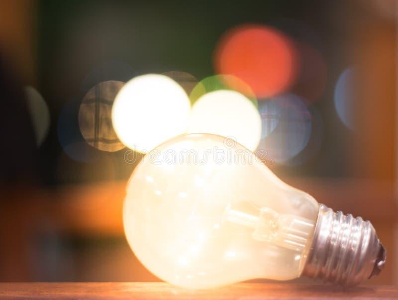 Creatief ideeënconcept, lightbulb met bokeh voor nieuwe ideeën, objecten ontwerp voor het denken stock foto's