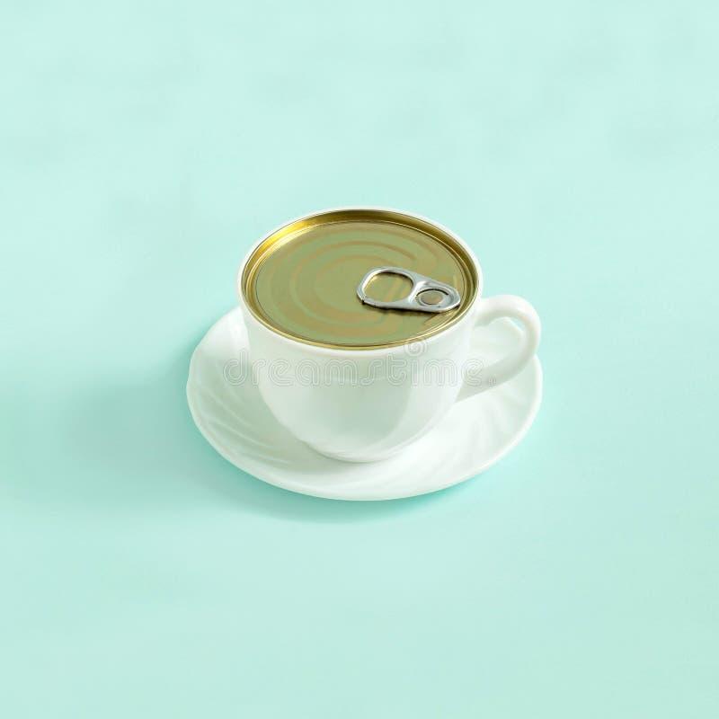 Creatief idee: kop van koffie als open tincan stock foto