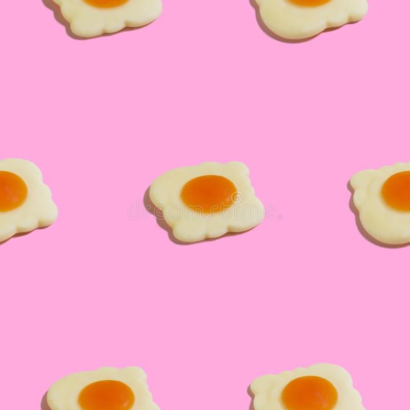 Creatief naadloos patroon met roereieren op roze achtergrond Voedsel abstracte achtergrond vector illustratie