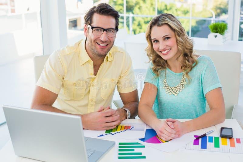 Creatief ontwerpteam tijdens brainstorming royalty-vrije stock afbeelding