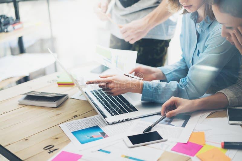 Creatief team coworking project Fotobedrijfsleiders die met nieuw opstarten in moderne zolder werken Analyseer rapporten, plannen stock afbeeldingen