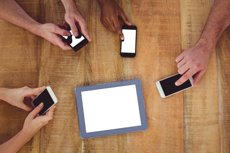 Creatief team die aan een tablet samenwerken en smartphones stock afbeeldingen