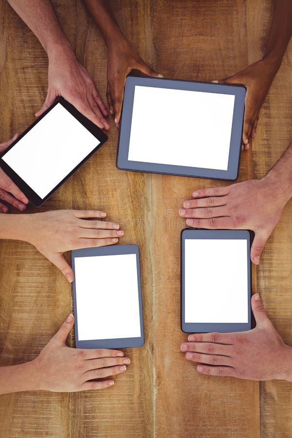 Creatief team die aan een tablet samenwerken en smartphones royalty-vrije stock fotografie