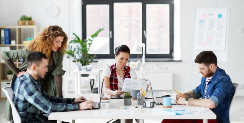 Creatief team die aan gebruikersinterface op kantoor werken stock fotografie