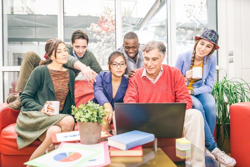 Creatief team die in het bureau werken stock foto