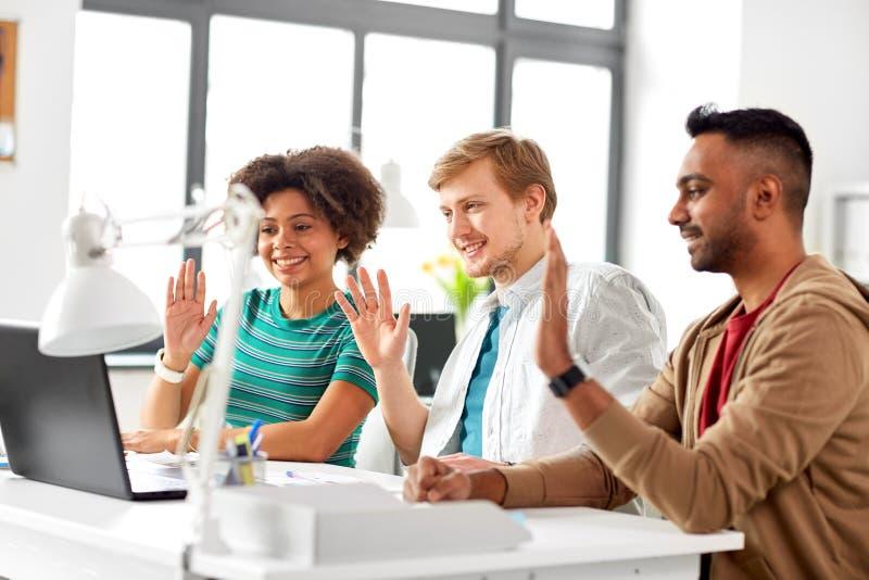 Creatief team die videoconferentie hebben op kantoor stock foto's