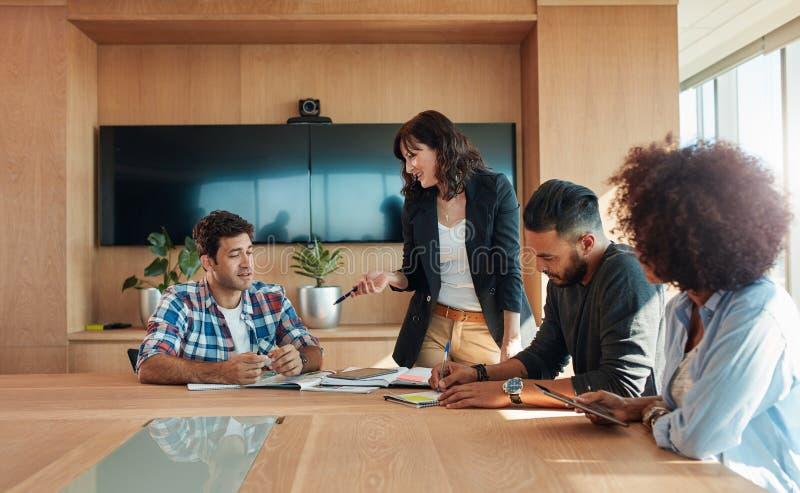 Creatief team van beroeps die in conferentieruimte samenkomen royalty-vrije stock afbeelding