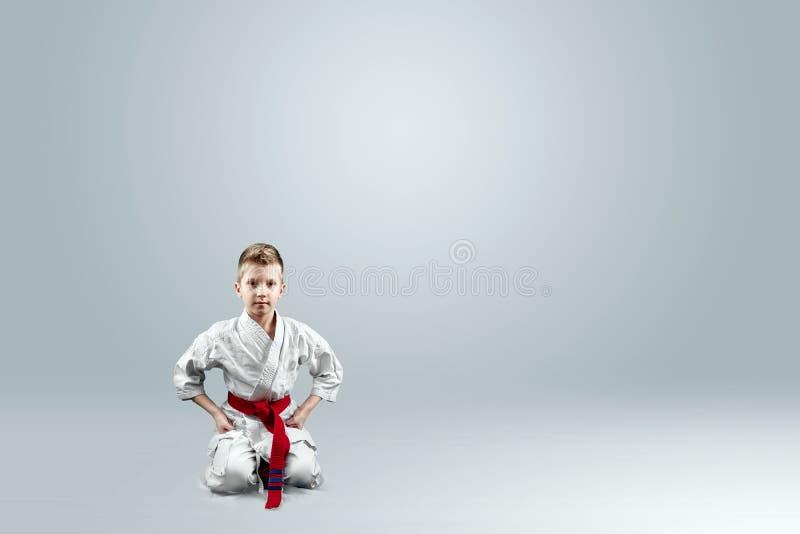 Creatieve achtergrond, baby in witte kimono op een lichte achtergrond Het concept vechtsporten, karate, sporten sindsdien royalty-vrije stock foto's