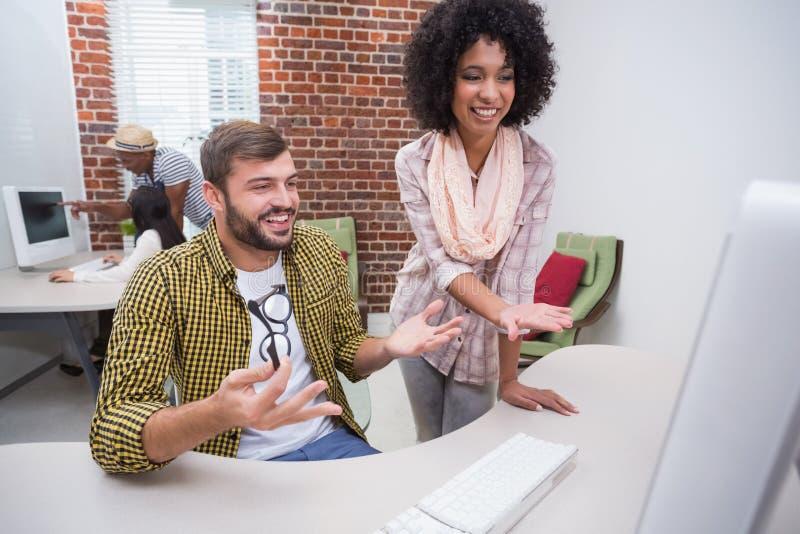 Creatieve bedrijfsmensen die computer met behulp van royalty-vrije stock fotografie